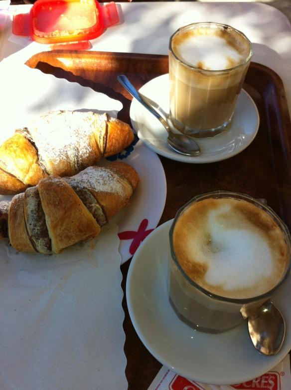 Due caffe latte e due pasticcini al cioccolato per favore.